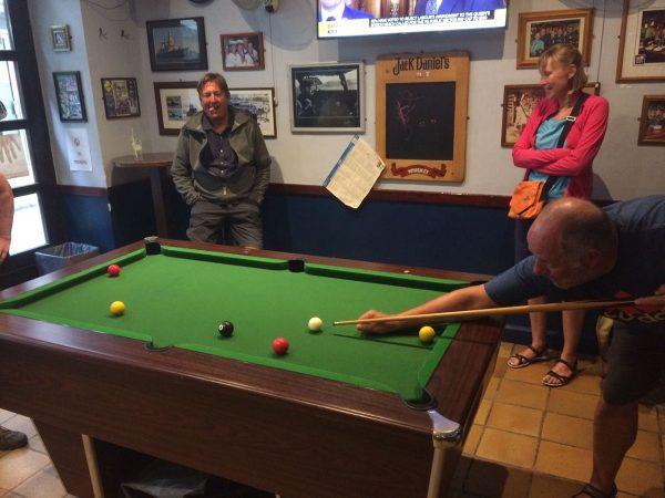 Die Crew beim Billiardspielen in Portugal