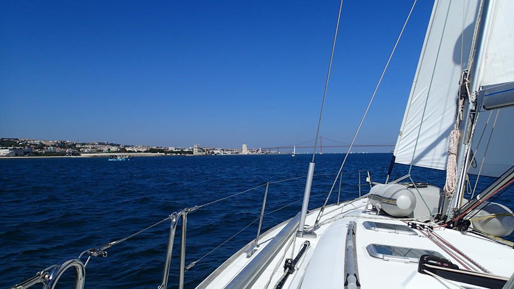 Grandiose Einfahrt nach Lissabon bei besten Segelbedingungen