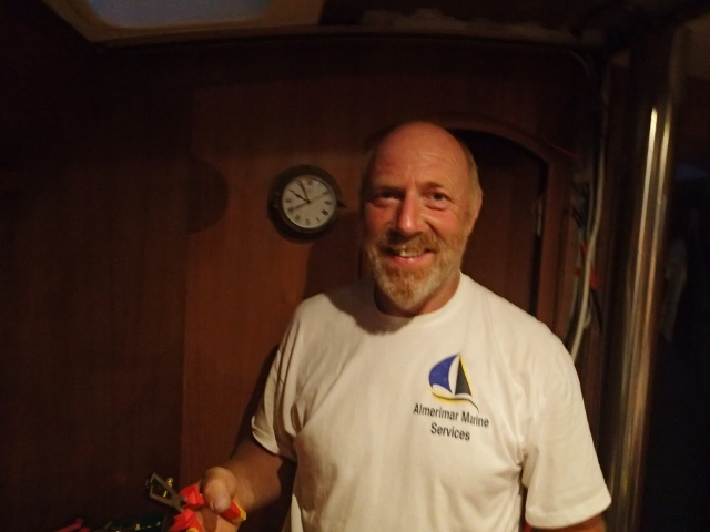 Chris von der Werft Almerimar arbeitet bis spät in die Nacht