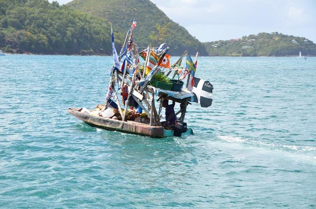 Boat Boy mit frischem Obst in der Rodney Bay St.Lucia