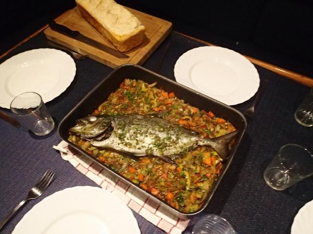 Fisch auf Gemüsebett mit frisch gebackenem Brot