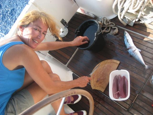 Karin nimmt ihren ersten Fisch aus