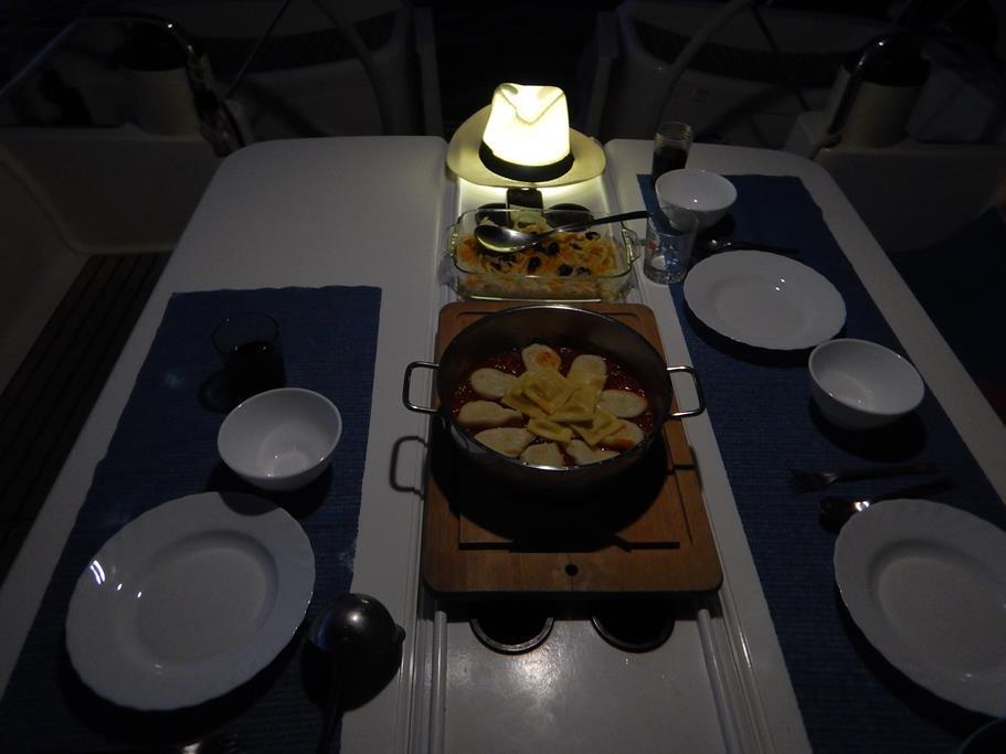 Fenchelsalat mit Orangenfilets und sardische Nudeln vor beleuchtetem Hut - mhmh, lecker