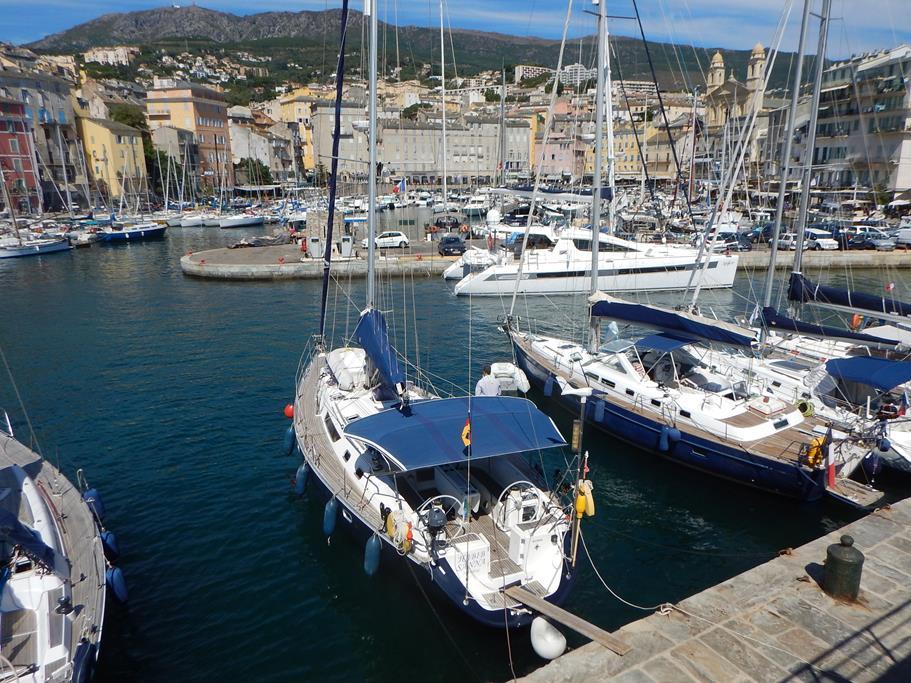 Wir liegen mit der Habib direkt in der Altstadt von Bastia