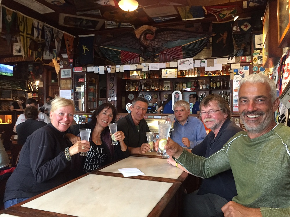 Die erfolgreichen Atlantiküberquerer in Peter Cafe Sport in Horta auf Faial/Azoren