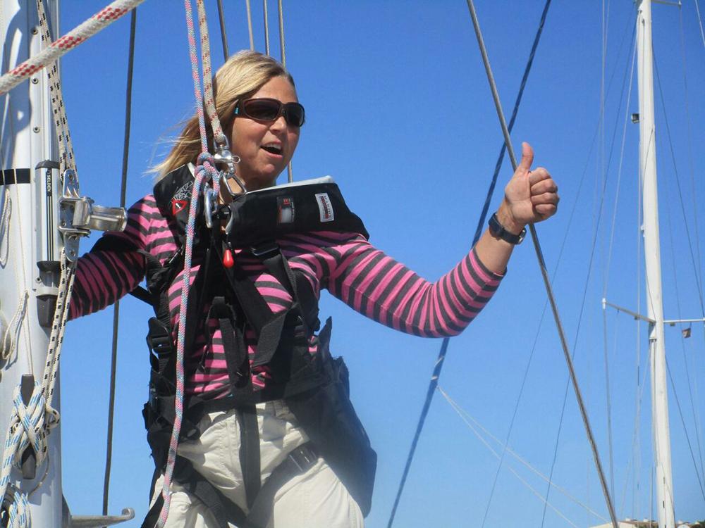 Monika beim Rigg-Check im Mast
