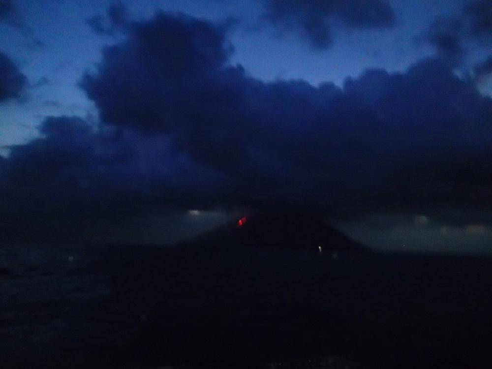 Wie immer fahren wir nachts am Stromboli vorbei – das älteste Leuchtfeuer im Mittelmeer