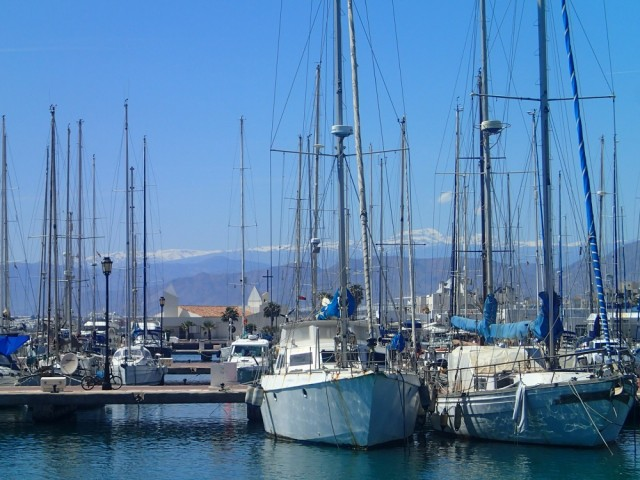Die Marina in Almerimar – im Hintergrund die schneebedeckte Sierra Nevada