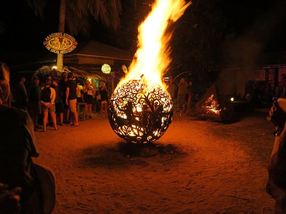 Alte Bojen werden von einem Künstler zu Feuerkugeln umfunktioniert