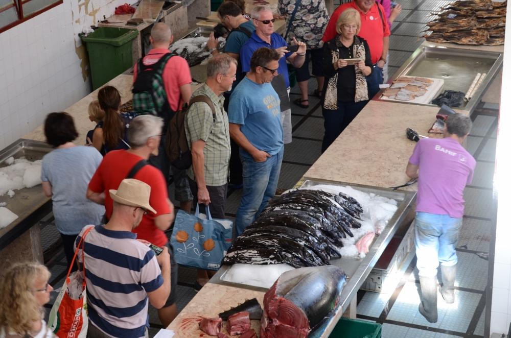 Und Jörg kauft den Espada natürlich gleich noch auf dem Fischmarkt für die Bordküche ein