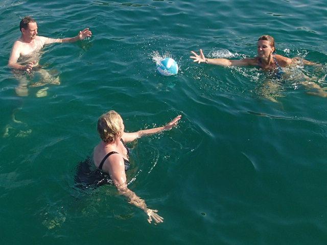 die Crew spielt Wasserball