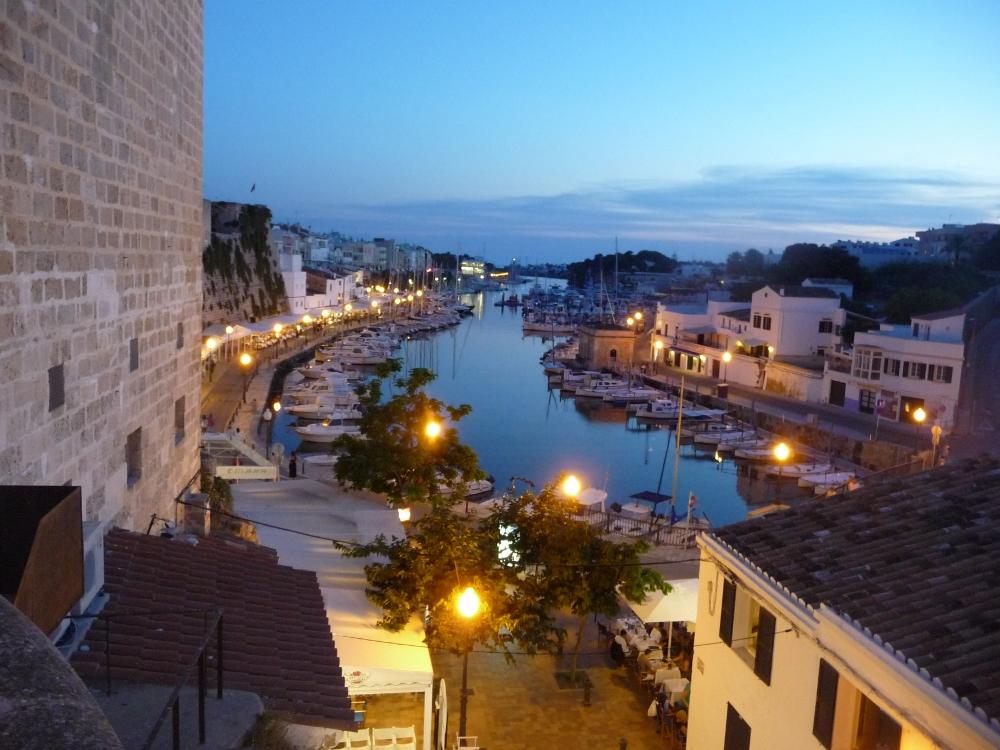 die Bucht von Ciutadella im Abendlicht