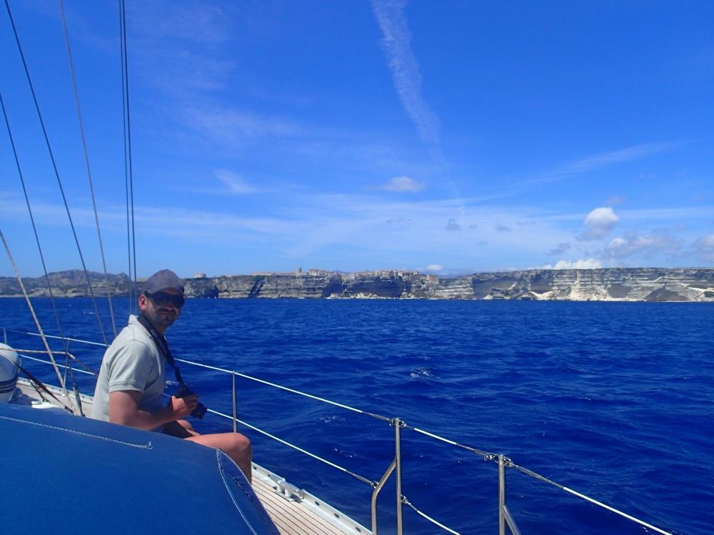 Wir segeln entlang der Küste Korsikas