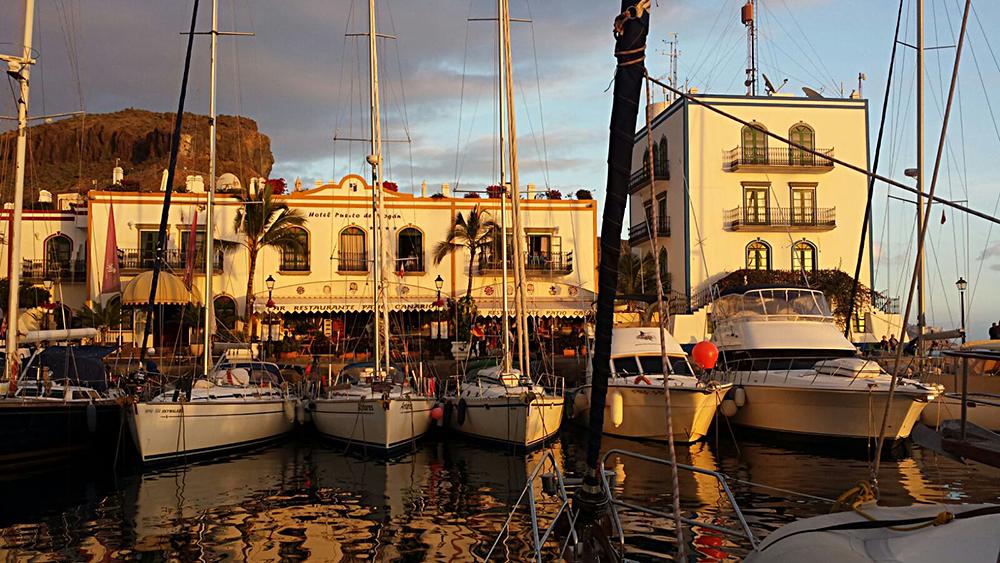 Blick auf das schöne Hafengebäude in Puerto de Mogan