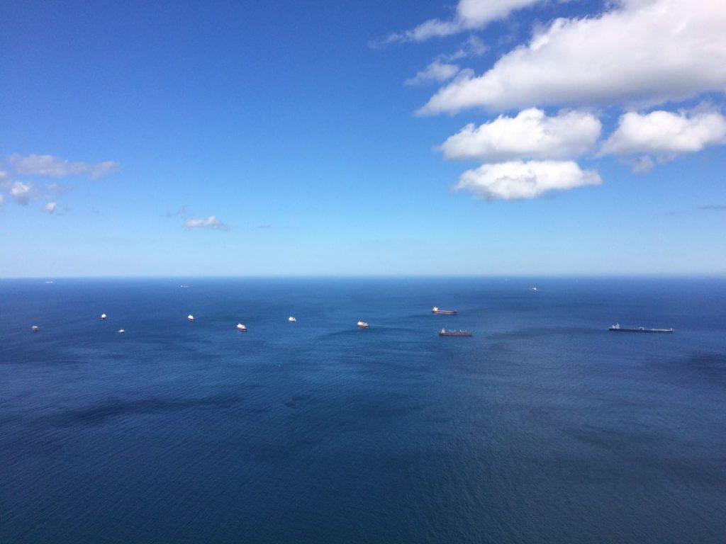 Toller Blick vom Affenfelsen von Gibraltar auf die vor Reede liegenden Frachter