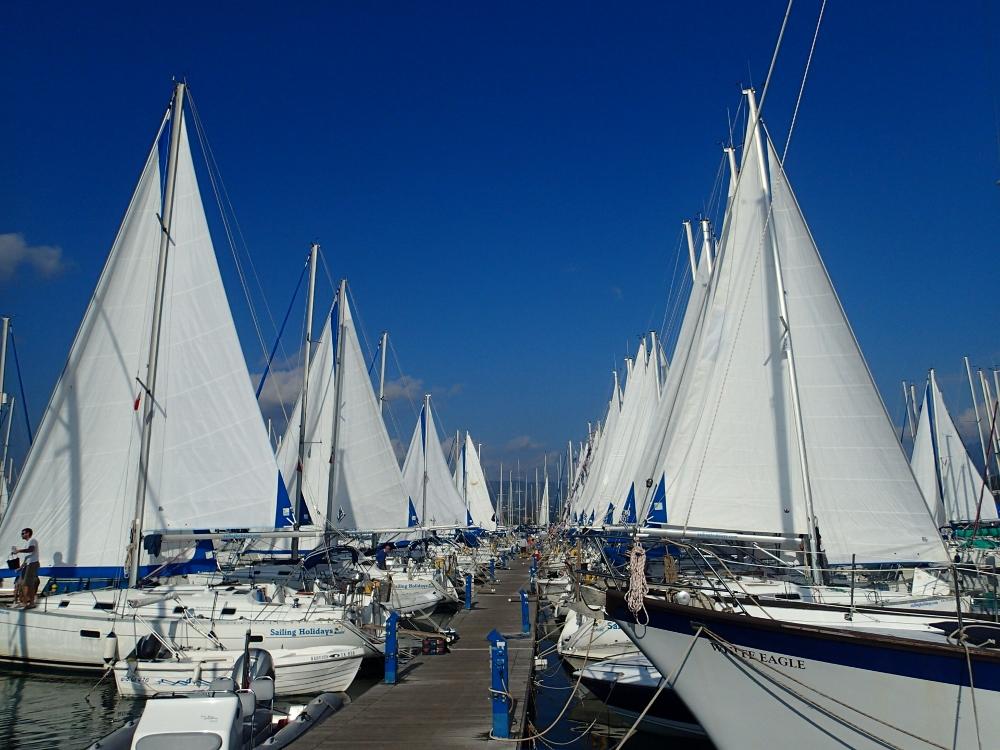Saisonfinale in Korfu. Segel werden vorm Winterlager getrocknet.geborgen