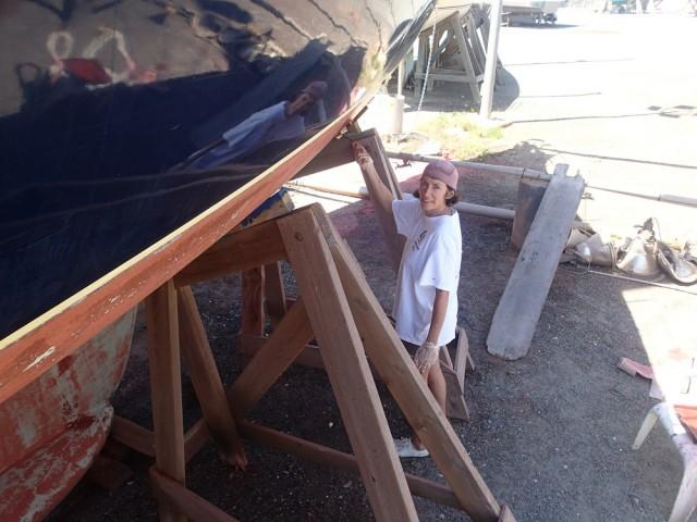 Werftarbeiten – Karin malt das Unterwasserschiff