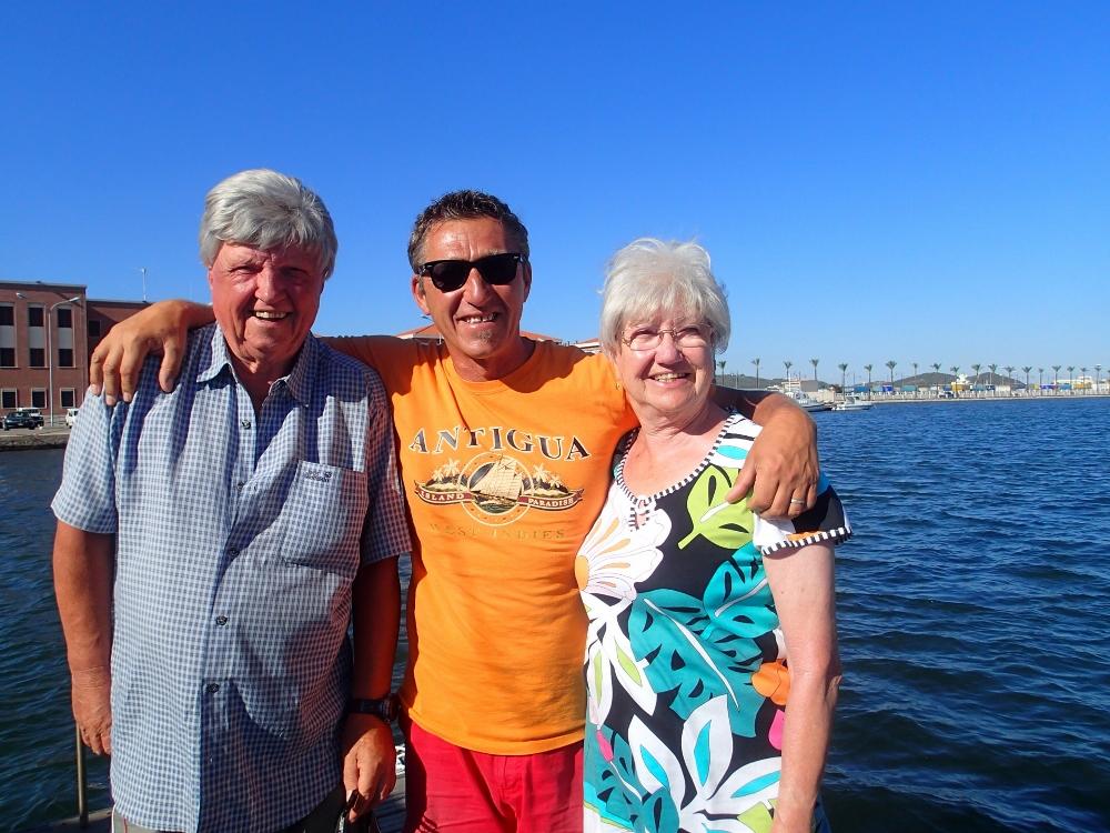 Jörg mit Helga + Hans – unser tolles 80 + 77 Jahre altes Mitsegel-Ehepaar
