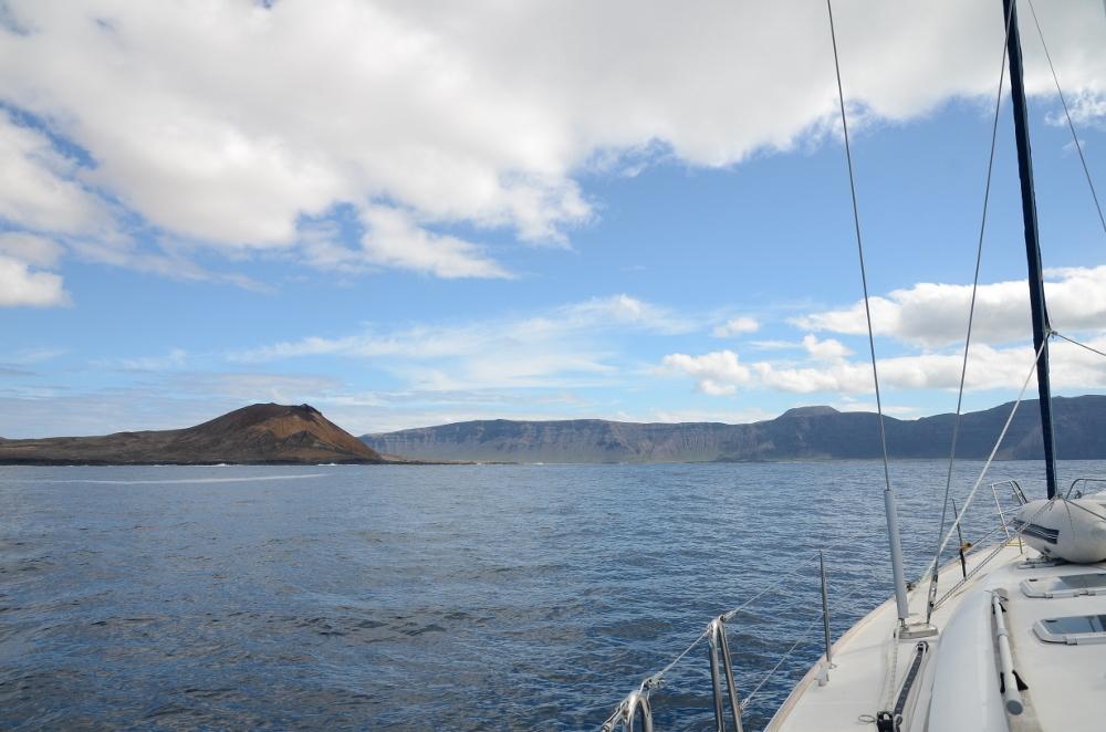 Wir erreichen Lanzarote und steuern erstmal La Graciosa an, die kleine Insel im Norden Lanzarotes