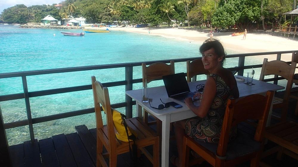 """Karin sitzt in ihrem """"Büro"""" in der berühmten Basil´s Bar auf Mustique – es gibt schlimmere Orte um zu arbeiten ☺"""
