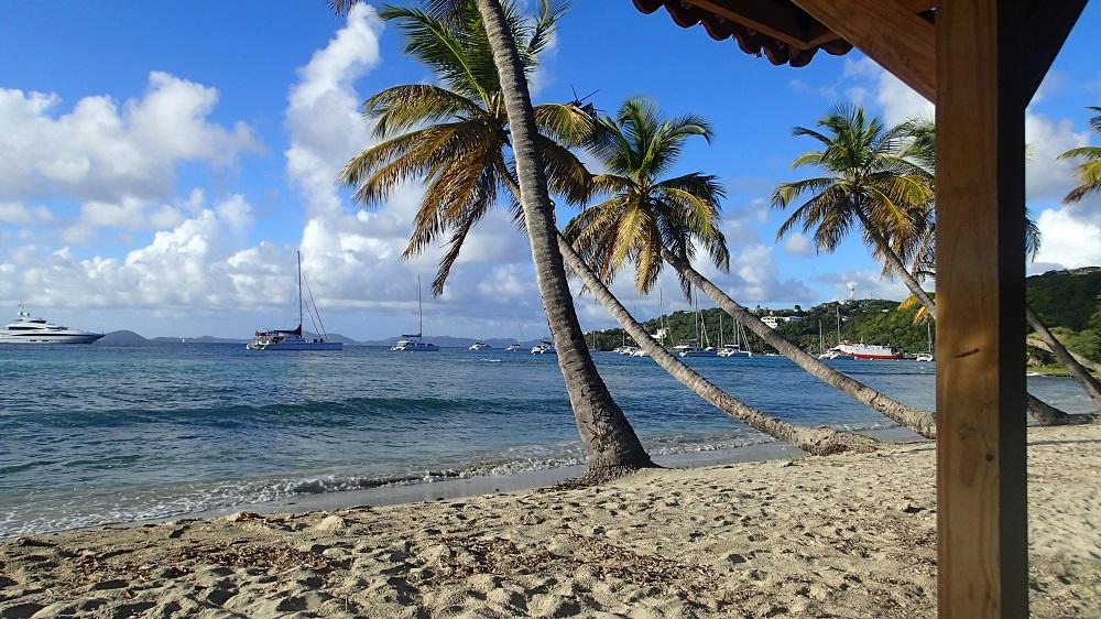 Spaziergang am Strand von Mustique – wir haben immer wieder wundervolle Ausblicke