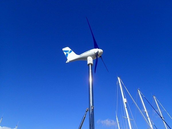 Unser neuer Windgenerator auf der InsPIRATion – jetzt sind beide Schiffe damit ausgestattet!