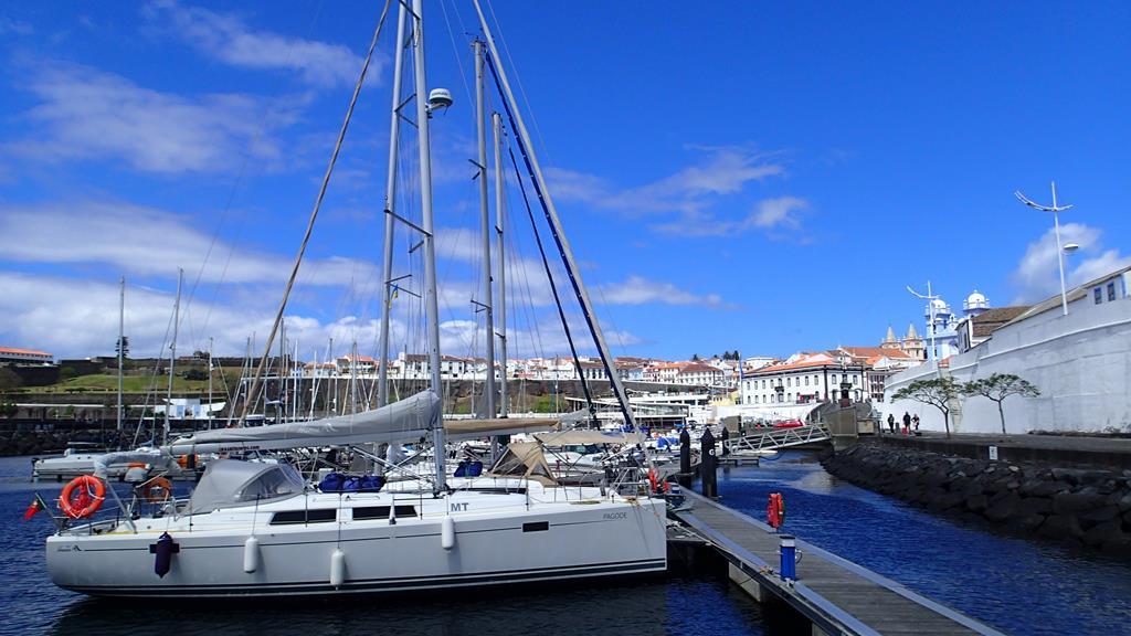 Im Hafen von Angra do Heroismo auf Terceira, die Altstadt wurde 1983 zum Weltkulturerbe erklärt
