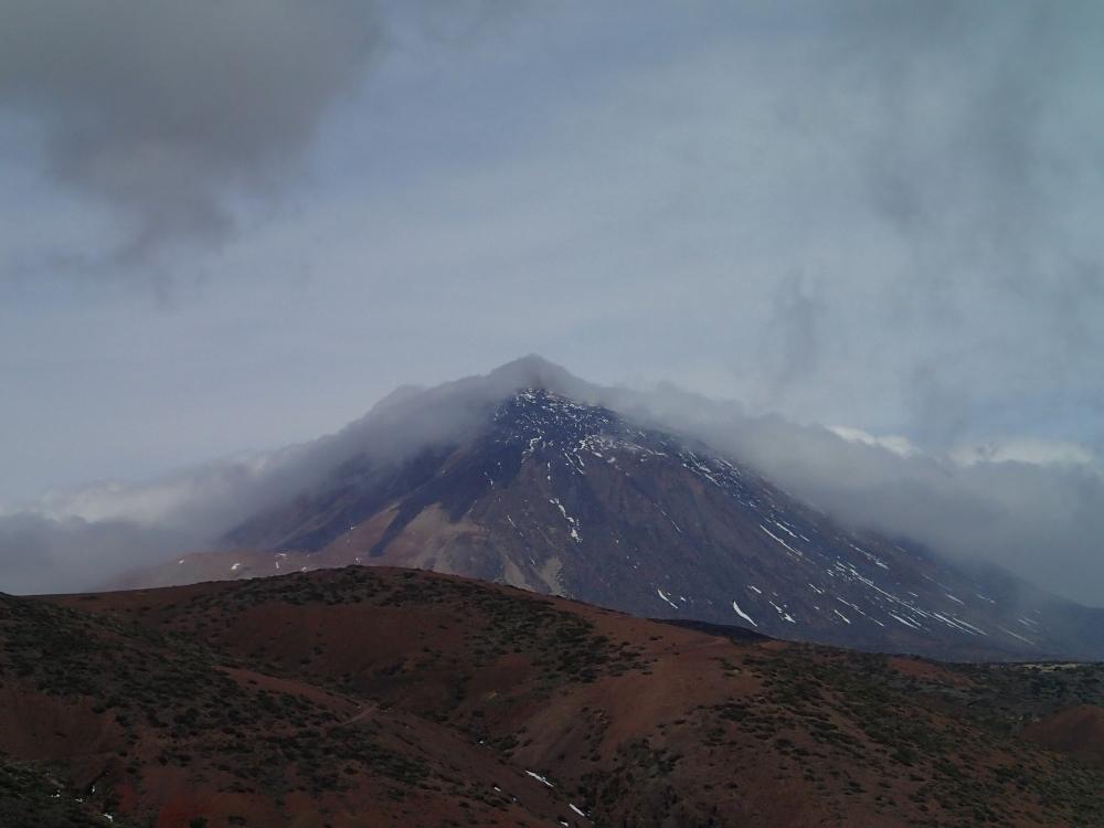 """Zwischen den Wolken, der Teide mit """"Kopftuch"""""""