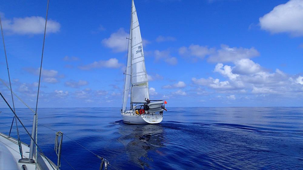 Begegnung der besonderen Art – wir überholen eine französische Yacht in der Flaute
