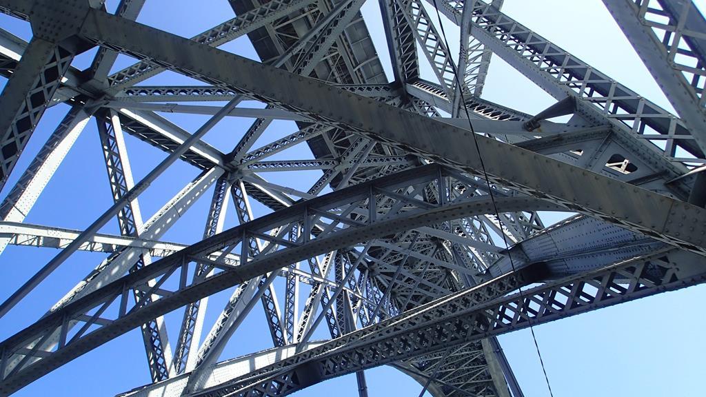 Ein Schüler von Eiffel hat die Stahlkonstruktion entworfen, die doch sehr an den berühmten Turm in Paris erinnert
