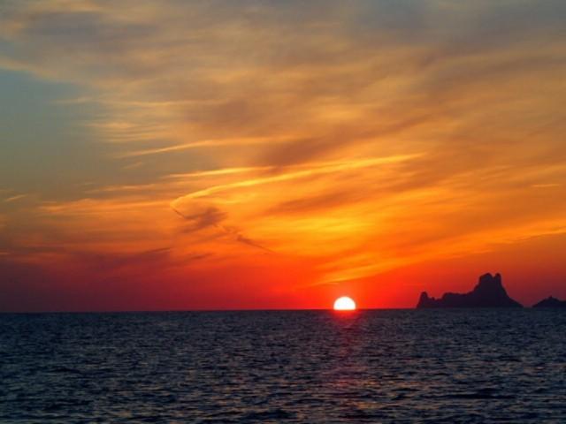 Die Mittelmeersaison hat begonnen – der erste Sonnenuntergang bei Formentera