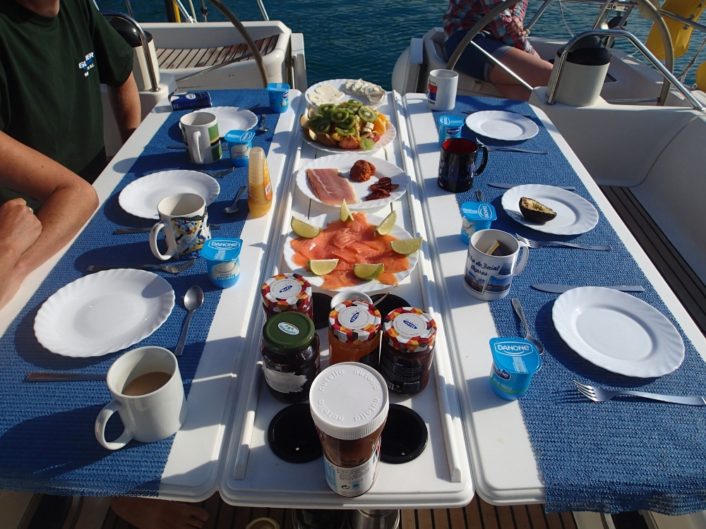Wundervolles Frühstück an Bord in der Ankerbucht