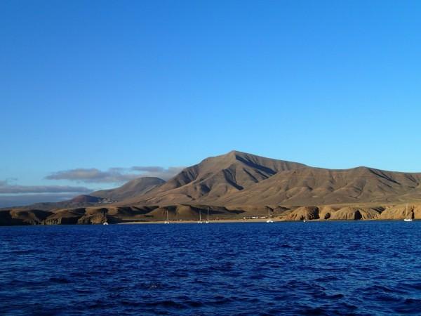 Ankerlieger vor den Papagayo Stränden von Lanzarote