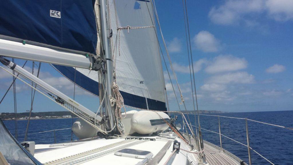 Die Habib segelt entlang der Südküste Menorcas