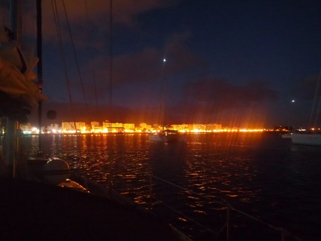 Vor Anker vor Arrecife bei Nacht