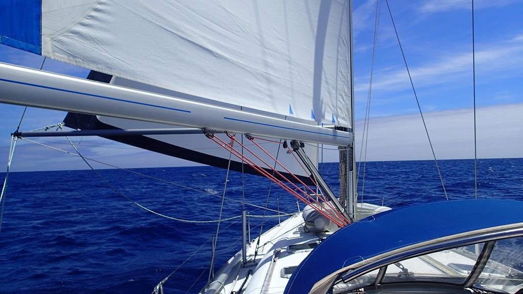 Das Vorsegel ist ausgebaumt, wir segeln bei besten Bedingungen