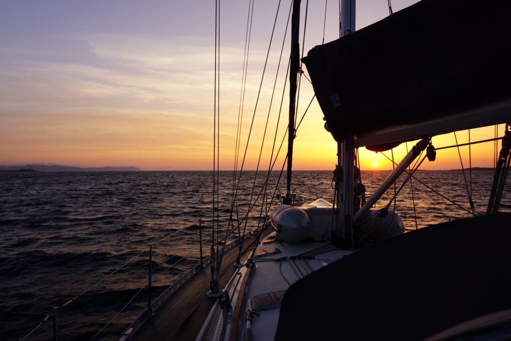 Nach der Überfahrt vom spanischen Festland liegen am frühen Morgen Ibiza und Formentera voraus