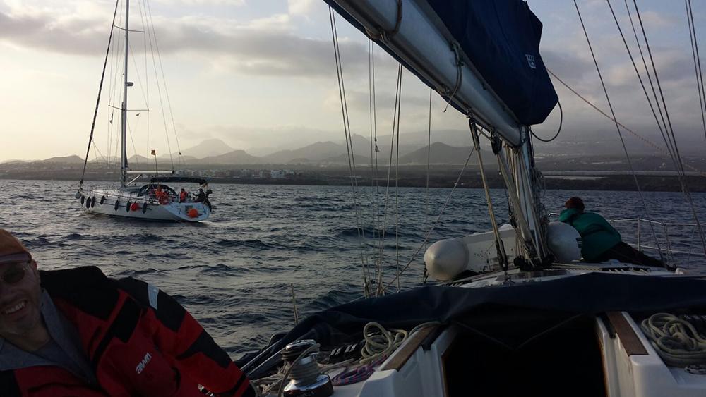 Schiffe in der Nähe leisten Schlepphilfe