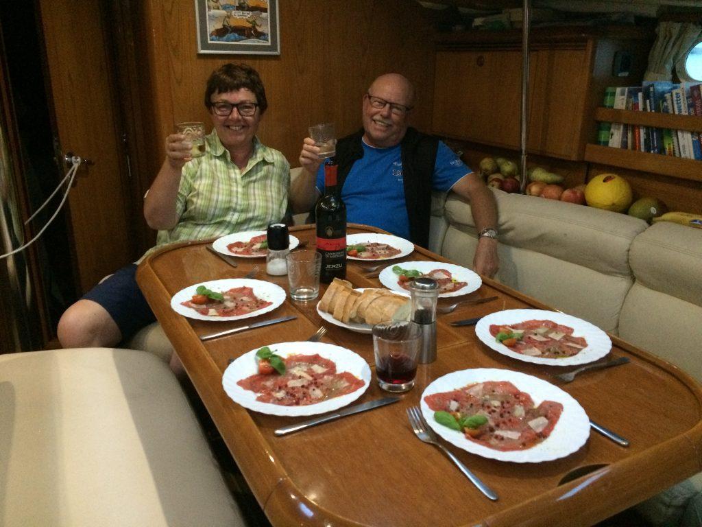 Susi und Manni freuen sich auf ein leckeres Carpaccio