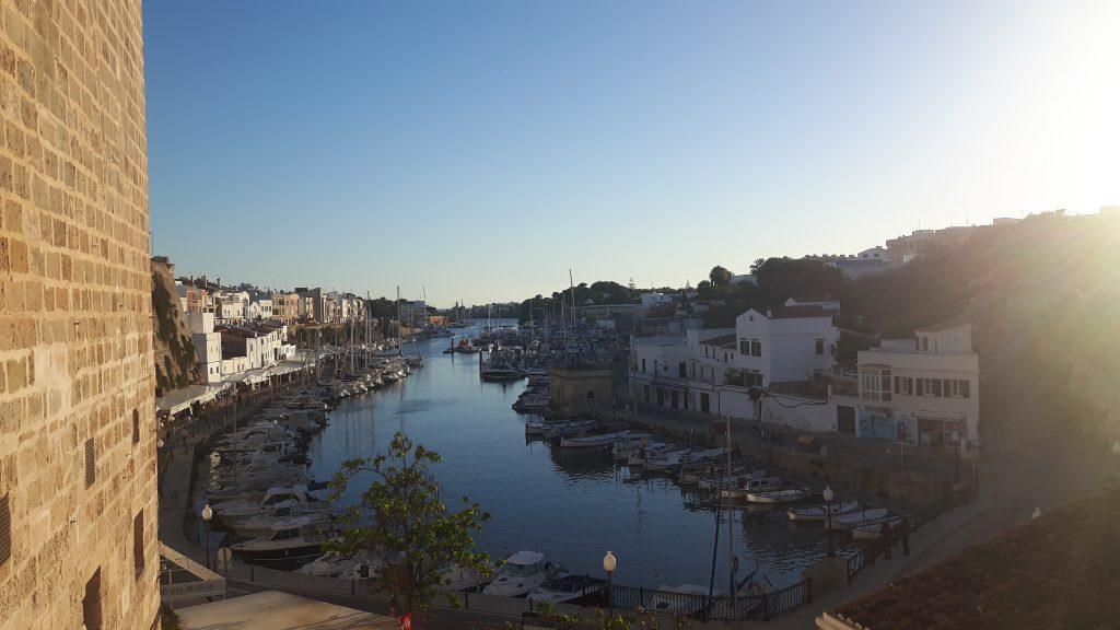 Wunderbarer Blick auf den Hafen von Ciutadella auf Menorca