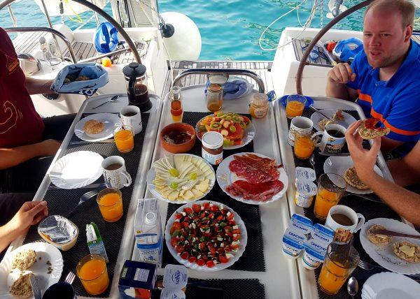 so sieht ein perfekter Frühstückstisch aus