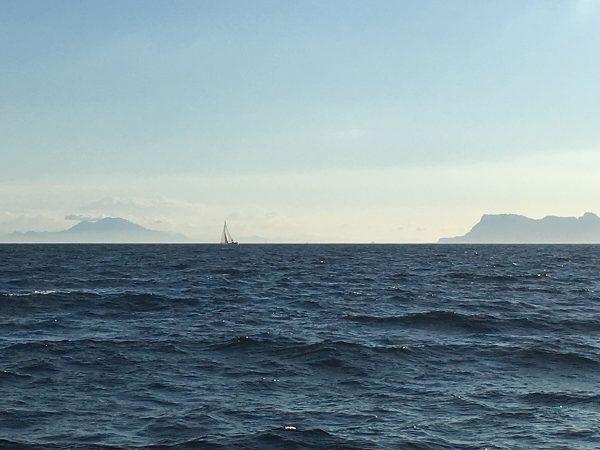 Die Emotion kreuzt vor den Säulen des Herkules: links der Dschebel Musa, rechts der Fels von Gibraltar
