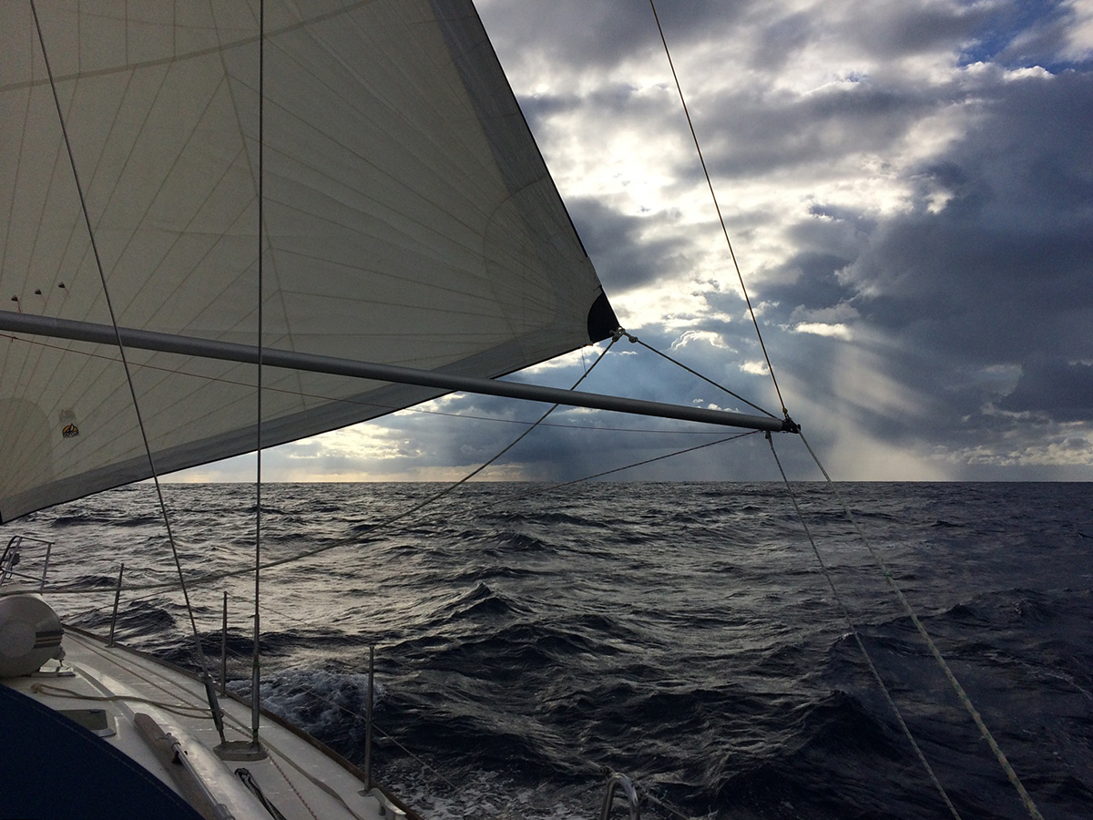 Am nächsten Morgen geht es früh raus auf den Atlantik – im Hintergrund der erste von 6 Millionen Regenschauern