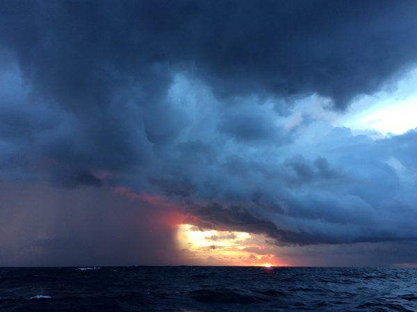 Wolkenbruch vor Sonnenaufgang