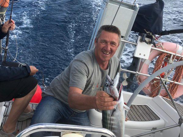 Happy über den frisch gefangenen Fisch