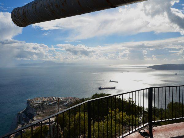 Herrlicher Blick auf die Strasse von Gibraltar, im Hintergrund Afrika, vorne links das Leuchtfeuer von Europapoint