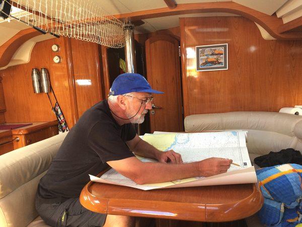 Kartenarbeit unter Deck – da ist noch viiiiiel Papier bis zum Ziel