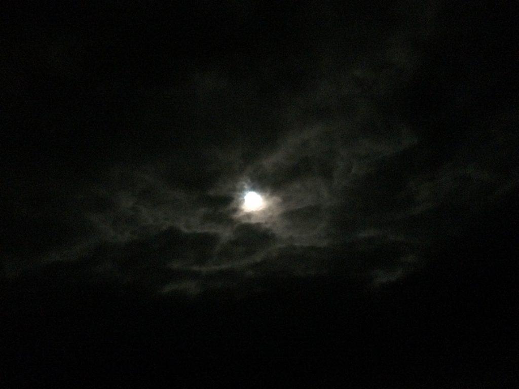 Der Vollmond im Wolkenbett