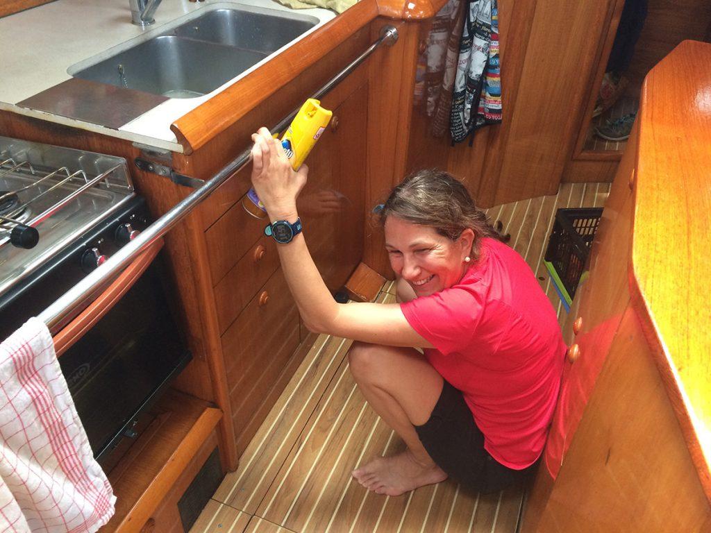 Auch normale Haushaltsarbeiten müssen während der Fahrt erledigt werden – Pronto aufs Holz