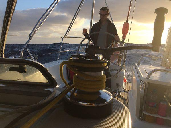 Eine der schönsten Stunden des Tages – die Morgenwache, wenn die See es zulässt auch mit Kaffee in der Hand